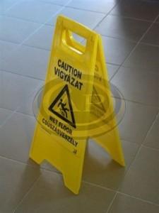 Figyelmeztetőtábla ''Csúszásveszély''  61,5cm magas, angol-magyar kétszárnyú, műanyag